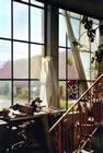 Blick auf die  5 Meter hohe und mind. 20 Meter lange Fensterfront in der oberen Werkstatt. Dahinter ist der Innenhof.